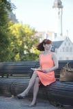 Mädchen in der alten Stadt Stockfoto