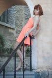 Mädchen in der alten Stadt Stockfotos