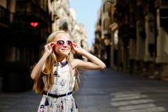 Mädchen in der alten Stadt Stockbild