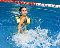 Mädchen in der Aquaeignung aerob Lizenzfreie Stockfotografie