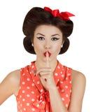 Mädchen der Art Pin-oben mit dem Finger auf Lippen Stockfotografie