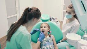Mädchen an der Aufnahme an Kind-` s Zahnarzt stock video footage