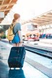 Mädchen in der Bahnstation Lizenzfreie Stockfotos