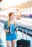 Mädchen in der Bahnstation Lizenzfreie Stockfotografie