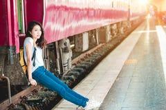 Mädchen in der Bahnstation Stockfoto