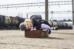 Mädchen an der Bahnstation Stockbilder