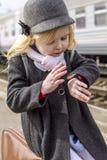 Mädchen an der Bahnstation Stockfoto