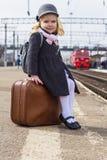 Mädchen an der Bahnstation Lizenzfreies Stockfoto