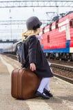 Mädchen an der Bahnstation Lizenzfreie Stockfotografie