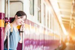 Mädchen in der Bahnstation Stockbild