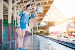 Mädchen in der Bahnstation Stockbilder