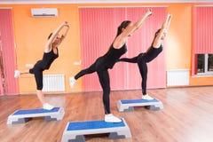 Mädchen in der Balancen-Übung auf aeroben Plattformen Stockbild