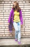 Mädchen in der bunten Kleidung mit einem Skateboard Lizenzfreie Stockfotografie