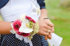 Mädchen der Ehre Blumenblumenstrauß halten lizenzfreie stockfotografie