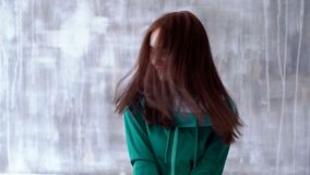 Mädchen in der Eignungsklage wirft beim Sitzen auf stock footage