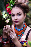Mädchen in der ethnischen Kleidung im tropischen Garten mit Schlange Lizenzfreies Stockfoto