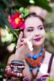 Mädchen in der ethnischen Kleidung im tropischen Garten mit Schlange Lizenzfreie Stockbilder