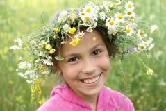 Mädchen in der Feldblumengirlande lizenzfreie stockfotos