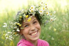 Mädchen in der Feldblumengirlande lizenzfreies stockbild