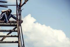 Mädchen der Fotograf sitzt eine alte Leiter Stockfotos