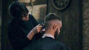 Mädchen der Friseur schier den Kerl mit einem Scherer stock video