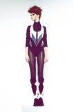 Mädchen in der futuristischen Kleidung Stockfoto