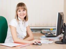 Mädchen in der Geschäftsausstattung im Büro Stockbild