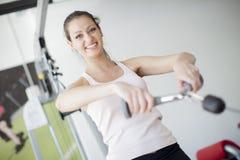 Mädchen an der Gymnastik lizenzfreies stockfoto