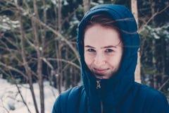 Mädchen in der Haube im Winter lizenzfreie stockfotografie
