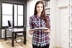 Mädchen in der Hauptbibliothek mit einem Schreibtisch Stockbild