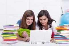 Mädchen in der Hochschule Lizenzfreie Stockfotografie