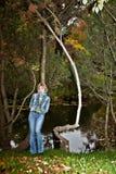 Mädchen in der Jeanskleidung, die Park aufwirft Lizenzfreie Stockfotos