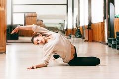 Mädchen der jungen Frau, das zeitgenössischen Tanz tanzt stockbilder