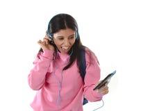 Mädchen der jungen Frau oder des Studenten mit Handy hörend auf Musikkopfhörer singend und tanzend Lizenzfreie Stockfotografie
