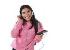Mädchen der jungen Frau oder des Studenten mit Handy hörend auf Musikkopfhörer singend und tanzend Stockfotografie