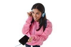 Mädchen der jungen Frau oder des Studenten mit Handy hörend auf Musikkopfhörer singend und tanzend Lizenzfreies Stockbild