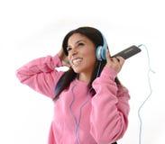 Mädchen der jungen Frau oder des Studenten mit Handy hörend auf Musikkopfhörer singend und tanzend Stockbild