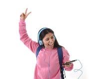 Mädchen der jungen Frau oder des Studenten mit Handy hörend auf Musikkopfhörer singend und tanzend Stockfoto