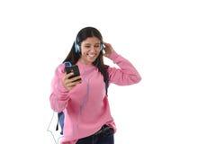 Mädchen der jungen Frau oder des Studenten mit Handy hörend auf Musikkopfhörer singend und tanzend Lizenzfreies Stockfoto