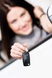Mädchen in der Kabriolettautoshow-Autotaste Lizenzfreies Stockfoto