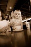 Mädchen in der Kaffeestube Stockbilder