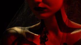 Mädchen in der Kunst des Schleiers und des schwarzen Körpers im roten Licht stock video