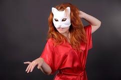 Mädchen in der Maske, die eine Katze darstellt Stockfotografie