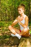 Mädchen in der Meditationhaltung stockfotos