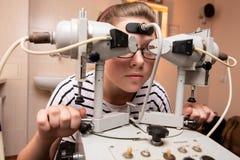 Mädchen in der Medizinmitte lizenzfreies stockbild