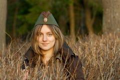 Mädchen in der Militärschutzkappe Lizenzfreie Stockfotos