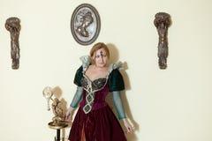 Mädchen in der mittelalterlichen Kleideraufstellung Lizenzfreie Stockbilder