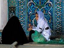 Mädchen in der Moschee stockfotografie