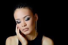 Mädchen der Mulatte mit einem schönen Make-up stockfotografie