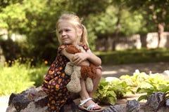 Mädchen an der Natur Lizenzfreie Stockbilder